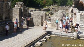 Turistë gjermanë dhe holandezë në Butrint