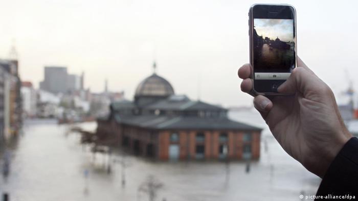 Мужчина фотографирует здание