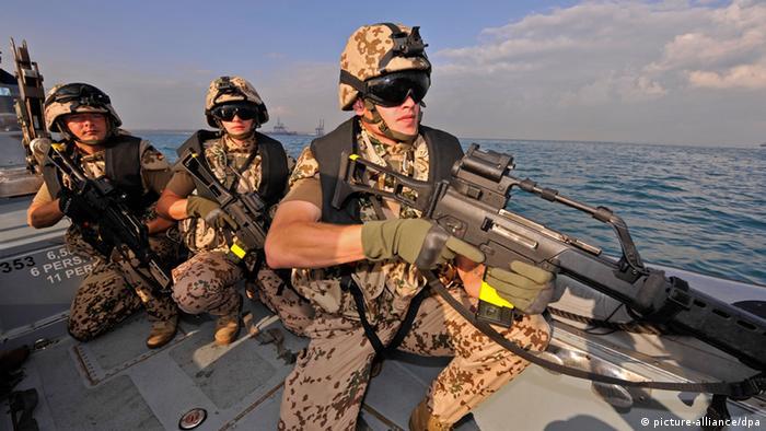 Bundeswehr-Soldaten vor der Küste Somalias (Foto: dpa)