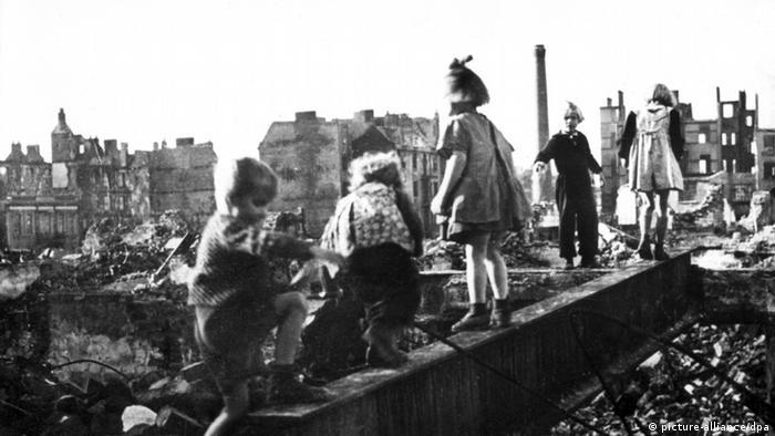 ARCHIV - Die undatierte Aufnahme zeigt spielende Kinder zwischen Trümmern und Hausruinen in Hamburg. Ende Juli 1943 legten britische und amerikanische Fliegerbomber große Teile der Hansestadt in Schutt und Asche. Bei der sogenannten «Operation Gomorrha» starben mehr als 35.000 Menschen. Foto: dpa (zu dpa-Themenpaket «70. Jahrestag «Operation Gomorrha»» vom 17.07.2013) +++(c) dpa - Bildfunk+++ p