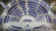 Das leere Plenum des Deutschen Bundestags, aufgenommen am 29.11.2012 in Berlin. Foto: Michael Kappeler/dpa +++(c) dpa - Bildfunk+++