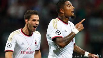 epa03840864 AC Milan's Ghanaian midfielder Kevin-Prince Boateng (R) celebrates with his teammate Mattia De Sciglio (L) after scoring the opening goal during the UEFA Champions League playoff second leg soccer match between AC Milan and PSV Eindhoven at Giuseppe Meazza stadium in Milan, Italy, 28 August 2013. EPA/MATTEO BAZZI +++(c) dpa - Bildfunk+++