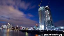 Im letzten Licht des Tages hebt sich der Neubau der Europäischen Zentralbank (EZB) am 20.03.2013 vom Abendhimmel über Frankfurt am Main ab. Die Europäische Zentralbank garantiert ihre Nothilfe für zyprische Banken nur noch bis kommenden Montag, wie die EZB am Donnerstag (21.03.2013) in Frankfurt mitteilte. Foto: Boris Roessler dpa ***FREI FÜR SOCIAL MEDIA***