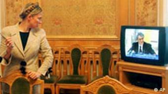 Ukraine Julia Timoschenko sieht Viktor Juschtschenko im Fernsehen