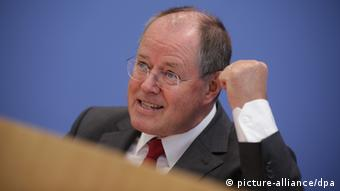 Peer Steinbrück with clenched fist during a speech in Berlin Photo: Michael Kappeler/dpa