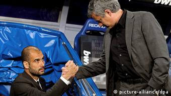 FILE - Picture dated 16 April 2011 of FC Barcelona's head coach Pep Guardiola (L) shaking hands with Real Madrid's Portuguese head coach Jose Mourinho (R) before their Spanish Primera Division soccer match at the Santiago Bernabeu stadium in Madrid, Spain. EPA/BALLESTEROS (zu dpa-Korr.: «72 Stunden vor Supercup-Finale: Bayern ohne Spanier in Freiburg» vom 26.08.2013) +++(c) dpa - Bildfunk+++