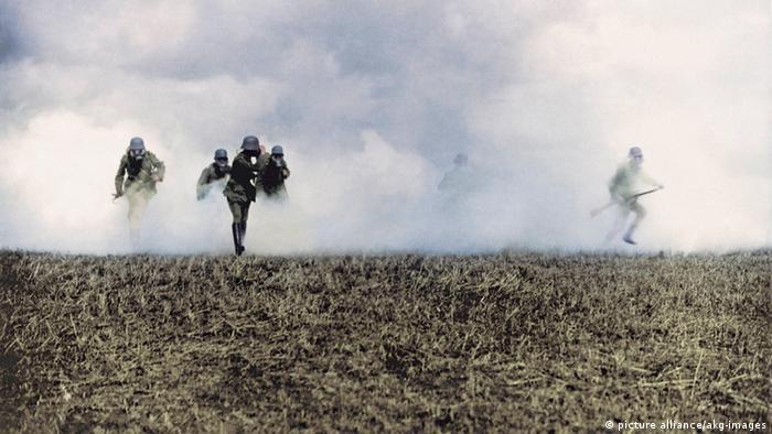 Немецкие солдаты во время газовой атаки во Фландрии в 1917 году