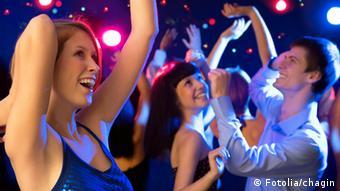 Молодые люди танцуют на вечеринке