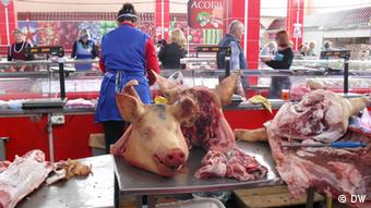 В мясном отделе на рынке
