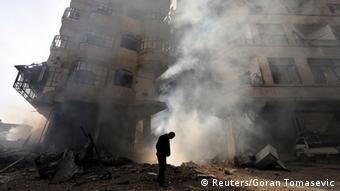Ein einzelner Mann vor einem zerstörten Häuserblock in Damaskus in 27.1. 2013 (Foto: REUTERS)