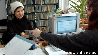 A young woman at the foreigners' office in Germany, Copyright: picture-alliance/dpa