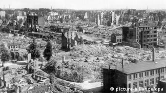 Das Archivbild vom Juli 1943 zeigt den Hamburger Stadtteil Eilbek kurz nach der Zerstörung im Juli 1943 mit der Schule in der Hasselbrookstraße zwischen den Trümmern. Mit der Operation Gomorrha begannen in der Nacht zum 25. Juli 1943 die massiven englisch-amerikanischen Bombenangriffe auf die Hansestadt. Dem 60. Jahrestag des Feuersturms widmet Hamburg im Sommer 2003 mehrere Ausstellungen und Veranstaltungen. dpa/lno Wiederholung vom 17.07.2003 (nur s/w)