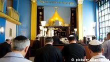 Bucharische Juden beten am 06.06.2013 in der neuen Synagoge des Jüdisch-Bucharisch-Sefardischen Zentrums in Hannover (Niedersachsen). In Deutschland gibt es rund 450 bucharische Juden, die größte Gemeinde ist in Hannover. Foto: Sebastian Kahnert/dpa