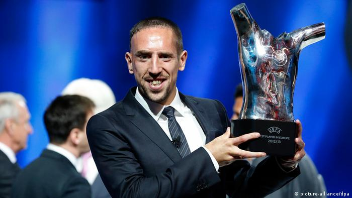 epa03842125 French player Franck Ribery of FC Bayern Munich poses with his UEFA's Best Player in Europe 2012/2013 award at Grimaldi Forum, Monte Carlo, Monaco, 29 August 2013. EPA/SEBASTIEN NOGIER