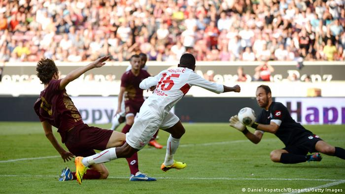 Marko Leskovic (l-r) of HNK Rijeka, Ibrahima Traore of VfB Stuttgart and goalkeeper Ivan Vargic vie for the ball during the UEFA Europa League play-off second leg soccer match between VfB Stuttgart and HNK Rijeka at VfB Arena in Stuttgart, Germany, 29 August 2013. Photo: Marijan Murat/dpa