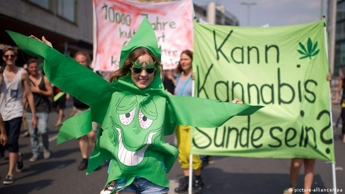 Cannabis parade in Berlin 2013 (photo: Tim Brakemeier/dpa)