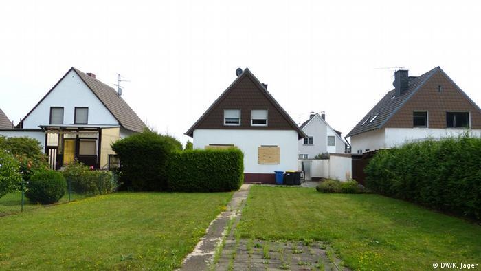 Boarded-over windows on homes in Manheim (Photo: Karin Jäger/ DW)