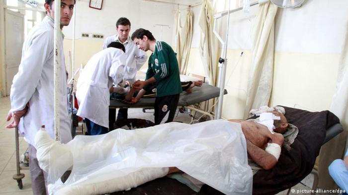 epa03842923 Afghan men who were injured in a suicide bomb blast, receive medical treatment at a local hospital in Takhar, Afghanistan, 30 August 2013. At least eight people including a district governor were killed and 12 others injured on 30 August when a suicide bomber blew himself up at the gate of a mosque in northern Afghanistan, an official said. 'The bomber was standing at the gate of a mosque to welcome the people who were attending a prayer ceremony, detonated his explosives vest, killing Sheikh Sadruddin Saadi, his two bodyguards and five civilians this morning in Dasht-e-Archi district,' said Enayatullah Khaliq, governor spokesman for Kunduz province. EPA/JAWED KARGER +++(c) dpa - Bildfunk+++
