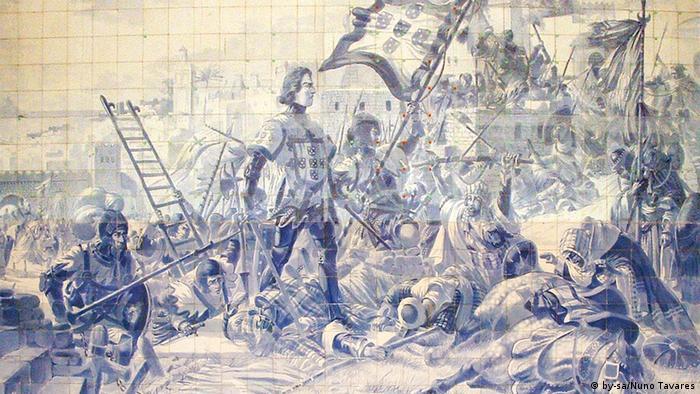 O painel de azulejos de Jorge Colaço na Estação de São Bento, no Porto, retrata a conquista de Ceuta, no norte de África