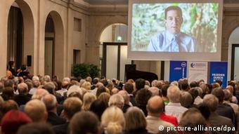 Greenwald on a large screen at the Whistleblower award ceremony Photo: Florian Schuh/dpa +++(c) dpa - Bildfunk+++