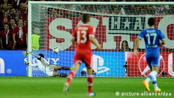 epa03843983 Chelsea goalkeeper Petr Cech is beaten as Bayern Munich levels the score 1-1 during the UEFA Super Cup match between Bayern Munich and Chelsea in Prague, Czech Republic, 30 August 2013. EPA/FILIP SINGER +++(c) dpa - Bildfunk+++
