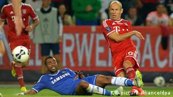 Arjen Robben (R) of Munich and Ashley Cole of Chelsea vie for the ball during the UEFA Super Cup soccer match Bayern Munich against Chelsea FC at Eden Stadium in Prague, Czech Republic, 30 August 2013. Photo: Thomas Eisenhuth/dpa +++(c) dpa - Bildfunk+++