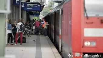 Crowd of people outside a train in Mainz central station Photo: Fredrik von Erichsen/dpa