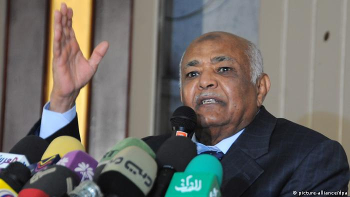 epa03018681 Yemeni Prime Minister-designate Mohammed Salem Basindwa gestures during a news conference in Sana'a, Yemen, 29 November 2011. According to media sources, Yemeni opposition leader Mohammed Salem Basindwa was assigned to form a new government of national unity under the power transfer deal designed by the Gulf Cooperation Council to resolve the volatile situation in Yemen by giving Yemeni President Ali Abdullah Saleh immunity against possible trial after 33 years in office. EPA/WADIA MOHAMMED +++(c) dpa - Bildfunk+++