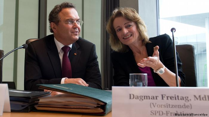 Die Vorsitzende des Sportausschusses, Dagmar Freitag (r, SPD) und Bundesinnenminister Hans-Peter Friedrich (CSU) unterhalten sich am 02.09.2013 im Marie-Elisabeth- Lüders-Haus in Berlin vor Beginn des Sportausschusses. (Foto: Rainer Jensen/dpa)
