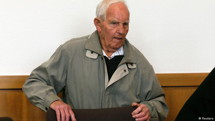 Siert Bruins, a suspected Nazi war criminal, arrives in a courtroom for the start of his trial in the western German city of Hagen September 2, 2013. REUTERS/Wolfgang Rattay