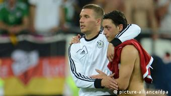 ARCHIV - Germany's Mesut Oezil (L) and Lukas Podolski celebrate after the UEFA EURO 2012 group B soccer match Denmark vs Germany at Arena Lviv in Lviv, the Ukraine, 17 June 2012. Photo: Andreas Gebert dpa (Please refer to chapters 7 and 8 of http://dpaq.de/Ziovh for UEFA Euro 2012 Terms & Conditions) (zu dpa-Meldung: Medien: Mesut Özil vor dem Absprung bei Real - Angebot von Arsenal vom 02.09.2013) +++(c) dpa - Bildfunk+++