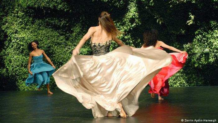 A scene from Pina Bausch's Wiesenland, which premiered in Wuppertal in 2000, Copyright: Zerrin Aydin-Herwegh