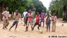 Die Rechte wurden uns vom DW Korrespondent in Bissau (Guiné-Bissau), Braima Darame erteilt. Zulieferer: Maria João Pinto (Portugiesisch fur Afrika) Titel: Neighbourhood Soccer Championships Guinea Bildbeschreibung: Children playing soccer in Rua Paz, in the Militar Neighbourhood in Bissau Fotograf: Braima Darame (DW Korrespondent) Wann wurde das Bild gemacht: 26.08.2013 Wo wurde das Bild aufgenommen: Bissau (Guiné-Bissau) Schlagwörte: Children, Guinea-Bissau, Soccer