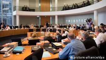 Haushaltsausschuss Sondersitzung Griechenland Rettungspaket September 2013 (picture-alliance/dpa)