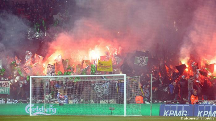 Brennende Bengalos im Block bei 96-er Fans in Kopenhagen. (Foto: Peter Steffen, dpa)