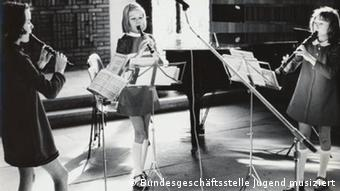 Three young girls play recorder at one of the contests in the 1960s (c) Bundesgeschäftsstelle Jugend musiziert