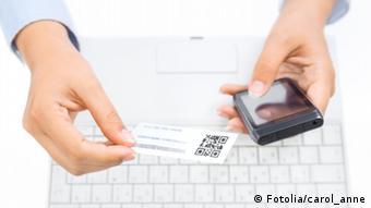 Клавиатура, смартфон и визитная карточка с QR-кодом