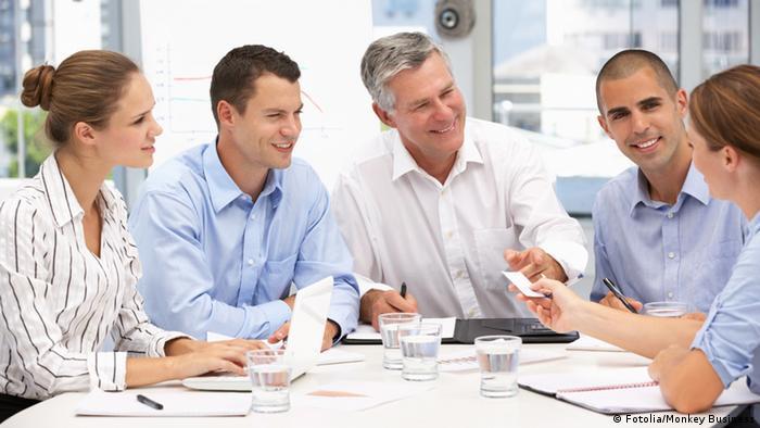 Пять человек во время деловых переговоров