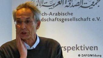 """Text: http://www.dafg.eu/index.php?id=127&tx_ttnews[tt_news]=531&tx_ttnews[backPid]=32&cHash=452e088e1596dcdda0b6cda82f0e9a39 Mit einem Vortrag des Sprachwissenschaftlers Andreas Unger unter dem Titel """"Von Admiral bis Zucker – Deutsche Wörter arabischen Ursprungs"""" setzte die DAFG – Deutsch-Arabische Freundschaftsgesellschaft e.V. am 30. April 2013 ihre Reihe """"Ex Oriente Lux"""" fort. Andreas Unger ist der Autor des vielbeachteten Buches Von Algebra bis Zucker: Arabische Wörter im Deutschen (Reclam, 2006), das im Juni 2013 in einer überarbeiteten Neuauflage erscheinen wird."""