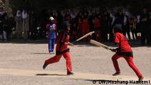 Das amerikanische Konsulat in Herat, im Westen Afghanistans, hat sechs Frauen Cricket-Teams aus sechs Schulen aus Herat aufgestellt. In einem Turnier spielten die jungen Spielerinnen um den ersten Platz. Autor: Korrespondent Hoshang Hashemi aus Herat.