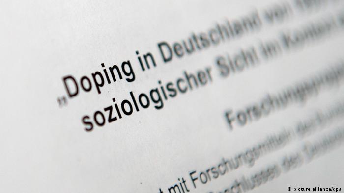Ein Schriftstück des Instituts für Sportwissenschaften (Foto: Rainer Jensen/dpa)