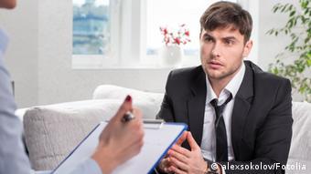 Молодой человек на приеме у психолога