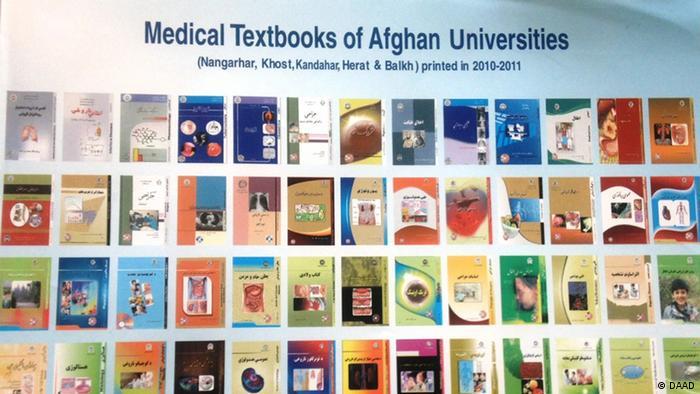 Plakat mit einer Auswahl an Lehrbüchern für das Studium der Medizin, (Foto: DW.)