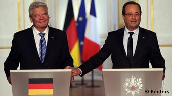 French President Francois Hollande (R) and German President Joachim Gauck attend a joint news conference at the Elysee Palace in Paris, September 3, 2013. REUTERS/Philippe Wojazer (FRANCE - Tags: POLITICS)