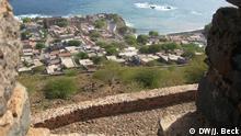 Blick von der Fortaleza Real de São Filipe (auch Forte Real de São Filipe oder nur Cidadela genannt) auf die Stadt Cidade Velha. Das Fort ist die älteste Festungsanlage auf den Kapverden. Sie wurde von den Portugiesen auf einer Anhöhe in der alten Hauptstadt des Landes Cidade Velha (westlich der heutigen Hauptstadt Praia gelegen) 1587-1593 angelegt. Die 1462 von Portugiesen gegründete Cidade Velha war die erste von Europäern angelegte Stadt in den Tropen. Sie diente unter anderem als Stützpunkt für den transatlantischen Sklavenhandel. Seit 2009 ist die Cidade Velha im Kreis Ribeira Grande de Santiago Weltkulturerbe der UNESCO. Fotograf: Johannes Beck/DW Datum: 22.05.2009