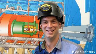 Der Teilchenphysiker Daniel Dobos arbeitet am ATLAS-Experiment bei der Europäischen Organisation für Nuklearforschung CERN in Genf (Foto: Fabian Schmidt/ DW)