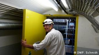 Der Physiker Christoph Rembser öffnet am 23. Juli 2013 die Tür zum ATLAS Detektor in der Europäischen Organisation für Nuklearforschung CERN in Genf (Foto: Fabian Schmidt/ DW)
