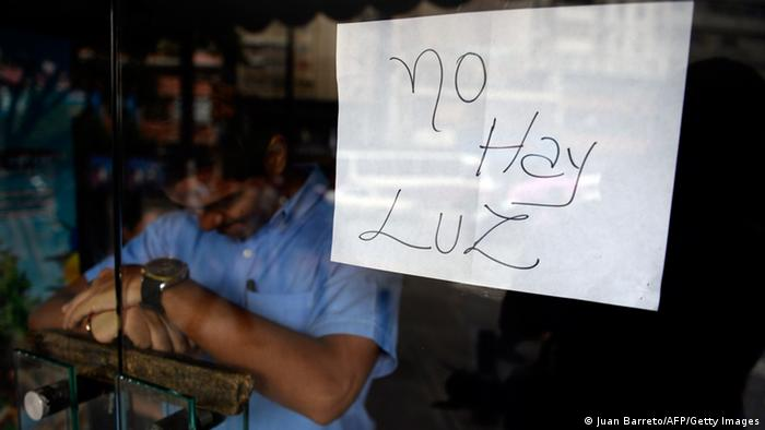 نوشتهای روی در یک مغازه در کاراکاس با این مضمون: برق نیست
