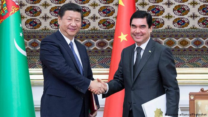 (130903) -- ASHKHABAD, Sept. 3, 2013 () -- Visiting Chinese President Xi Jinping (L) shakes hands with his Turkmenian counterpart Gurbanguly Berdymukhamedov after signing a joint declaration on establishing a strategic partnership between the two countries in Ashkhabad, capital of Turkmenistan, Sept. 3, 2013. (/Wang Ye) (xzj)