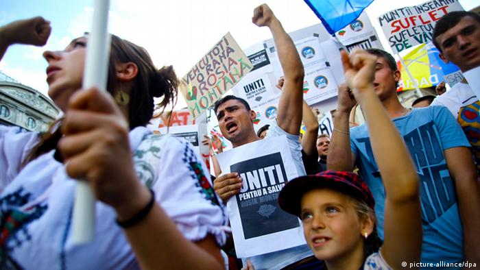 Protest against Rosia Montana mining project in 2013 (Photo: EPA/MIHAI BARBU)